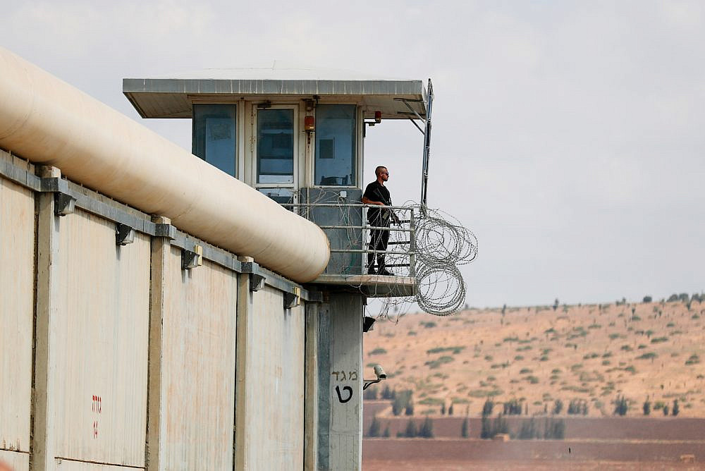Police officers and prison guards at the scene of a prison escape of six Palestinian prisoners, outside the Gilboa prison, northern Israel, September 6, 2021. (Flash90)